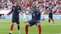 Striker Prancis, Kylian Mbappe, merayakan gol ke gawang Peru pada laga grup C Piala Dunia di Yekaterinburg Arena, Yekaterinburg, Kamis (21/6/2018). Dirinya menjadi pencetak gol termuda Prancis di turnamen bergengsi. (AP/David Vincent)
