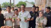 Kepala Badan Karantina Pertanian (Barantan), Ali Jamil saat melakukan kunjungan kerja ke tempat pemeriksaan karantina lain di gudang pemilik, UD Khairatama di Labuhan Batu Utara, Sumut, Minggu (6/10).