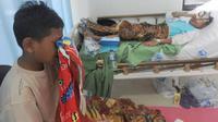 Seorang kakak sekaligus wisatawan Jakarta menangis menunggu adik kembarnya yang menjadi korban tsunami Tanjung Lesung di Puskesmas  Panimbang, Pandeglang, Minggu (23/12). Tsunami menerjang pantai di Selat Sunda pada Sabtu malam. (Merdeka.com/Arie Basuki)