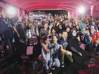 Band Kotak foto bersama penggemar saat tampil dalam Road to Playfest 2019 di Terowongan Kendal, Jakarta (26/7/2019). Road to Playfest 2019 merupakan rangkaian pertunjukan music Playfest 2019 yang akan berlangsung 24-25 Agustus 2019 di Parkir Selatan kawasan GBK, Senayan. (Fimela.com/Bambang E. Ros)