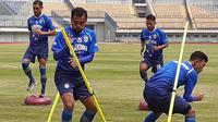 Pemain anyar Persib untuk musim 2020, Zulham Zamrun, saat berlatih bersama rekan satu tim (4/2/2020). (Bola.com/Erwin Snaz)