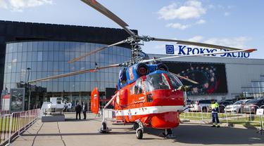 Sebuah helikopter Ka-32 terlihat di pameran industri helikopter internasional HeliRussia 2020 di Moskow, Rusia (16/9/2020). Pameran tersebut berlangsung di Moskow dari 15 hingga 17 September. (Xinhua/Alexander Zemlianichenko Jr)