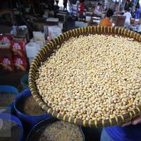 Pekerja tengah mengangkat kacang kedelai untuk dijadikan bahan dasar pembuatan tahu di Jakarta, Rabu (6/1/). Dari kebutuhan sekitar 2,5 juta ton per tahun, 1,7 juta ton diantaranya harus dipenuhi dari impor. (Liputan6.com/Angga Yuniar)