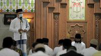 Gubernur Jabar Ridwan Kamil saat melaksanakan salat tarawih perdana bulan Ramadan 1442 hijriah di Masjid Pusdai, Kota Bandung, Senin (12/4/2021). (Foto: Biro Adpim Jabar)
