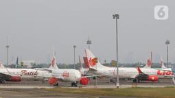 Sejumlah pesawat maskapai penerbangan terparkir di Bandara Soekarno Hatta, Tangerang, Senin (6/7/2020). Permintaan maskapai tersebut agar kembali terciptanya keseimbangan terhadap tingkat permintaan dari penumpang. (Liputan6.com/Angga Yuniar)