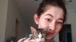 Macican menjadi teman Devina saat menghabiskan waktu di rumah. Kehadiran kucing kesayangannya ini memberi warna tersendiri dalam hidupnya, terutama selama masa pandemi. (Liputan6.com/IG/@devinaureel).
