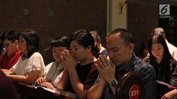 Umat Nasrani terlihat khusyuk berdoa saat mengikuti Misa Natal di Gereja Katedral, Jakarta, Minggu (24/12). Dalam perayaan Natal ini dekorasi di area Gereja Katedral juga disesuaikan dengan tema tersebut. (Liputan6.com/Herman Zakharia)