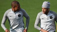 Penyerang PSG, Neymar Jr dan Kylian Mbappe mengikuti latihan jelang menghadapi Bayern Munchen pada grup B Liga Champions di Saint-Germain-en-Laye, Paris (26/9). Neymar dan Mbappe saat ini merupakan pemain termahal di dunia. (AFP Photo/Franck Fife)
