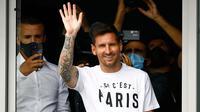 Lionel Messi akhirnya tiba di Bandara Le Bourget, Paris, Prancis, Selasa, 10 Agustus 2021. kedatangan mantan pemain Barcelona tersebut untuk merampungkan kepindahan dirinya ke klub Paris Saint-Germain (PSG). (Foto: AFP/Sameer Al-Doumy)
