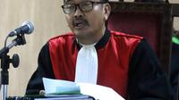 Hakim Sutaji memimpin sidang cerai mantan gubernur DKI Jakarta Basuki Tjahaja Purnama atau Ahok di PN Jakarta Utara, Jakarta, Rabu (4/4). Majelis hakim PN Jakarta Utara resmi mengabulkan gugatan cerai Ahok kepada Veronica Tan. (Liputan6.com/Arya Manggala)