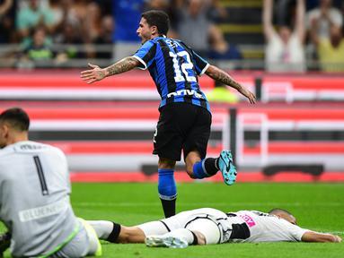 Gelandang Inter Milan, Stefano Sensi, merayakan gol yang dicetaknya ke gawang Udinese pada laga Serie A 2019/20 di Stadion San Siro, Milan, Sabtu (14/9). Inter menang 1-0 atas Udinese. (AFP/Miguel Medina)