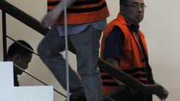 Wali Kota Kendari Adriatma Dwi Putra (kiri) dan ayahnya, Asrun menjalani pemeriksaan di Gedung KPK, Jakarta, Senin (19/3). Keduanya diperiksa sebagai tersangka suap proyek pengadaan barang dan jasa Pemkot Kendari TA 2017-2018. (Merdeka.com/Dwi Narwoko)