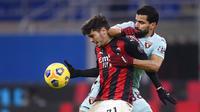 Pemain Torino, Tomas Rincon, berebut bola dengan pemain AC Milan, Brahim Diaz, pada laga Liga Italia di Stadion San Siro, Sabtu (9/1/2021). AC Milan menang dengan skor 2-0. (Fabio Ferrari/LaPresse via AP)