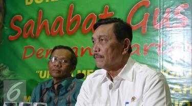 Menko Polhukam Luhut Panjaitan (kanan) memberikan kepada wartawan saat Buka Puasa Sahabat Gus Dur, Jakarta, Rabu (22/6). Luhut akan mengupayakan agar pemberian gelar pahlawan untuk Gus Dur dapat dilakukan dalam tahun ini.(Liputan6.com/Faizal Fanani)