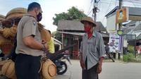 Kakek Alif, penjual anyaman bambu menjadi korban pemerasan di Jalan Raya Curug, Kecamatan Bojongsari, Kota Depok. (Liputan6.com/Dicky Agung Prihanto)