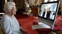Ratu Elizabeth II saat menggelar acara virtual di Istana Buckingham. (dok. Twitter/The Royal Family @RoyalFamily)