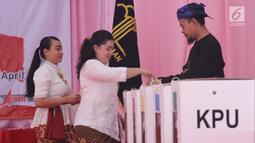 Penghuni lapas wanita menggunakan hak pilih di TPS 56 Lapas Pemasyarakat Perempuan Tangerang, Rabu (17/4). Penghuni Lapas Wanita menyalurkan hak pilihnya dengan berpakaian daerah,nuansa ini dipilih sekaligus untuk memperingati hari kartini yang akan jatuh pada bulan ini. (Liputan6.com/HO/Ading)
