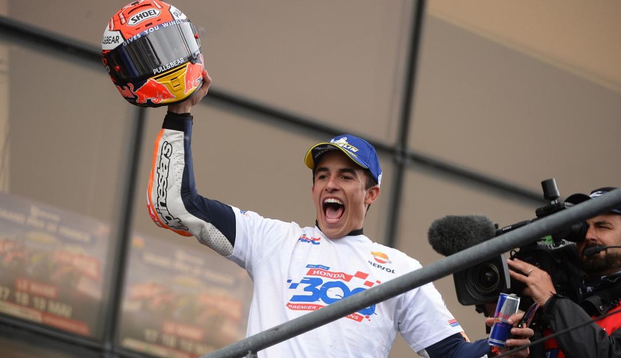 Selebrasi kemenangan pebalap Repsol Honda, Marc Marquez pada balapan yang berlangsung di Sirkuit Le Mans, Prancis, Minggu (19/5). Kemenangan tersebut membuat Marquez kokoh di puncak klasemen pebalap Moto GP. (AFP/Jean Francois Monier)
