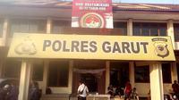 Nampak sejumlah wartawan tengah berada di Mapolres Garut, yang berada di jalan Sudirman, Garut, Jawa Barat (Liputan6.com/Jayadi Supriadin)