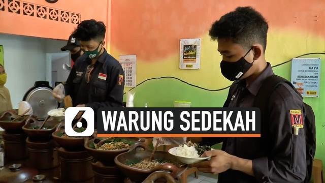 Sejumlah ibu-ibu di Kabupaten Cilacap, Jawa Tengah, mendirikan Warung Sedekah yang menawarkan makanan gratis bagi semua warga khususnya yang terdampak pandemi corona.