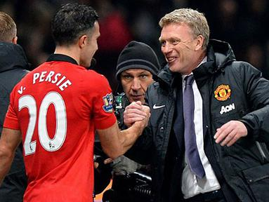 Pelatih Manchester United David Moyes (kanan) memeberikan selamat kepada Robin van Persie usai memenangkan pertandingan dengan score 1-0 antara Manchester United melawan Arsenal di Stadion Old Trafford, Manchester (10/11/13) waktu setempat (Foto: AFP/Paul