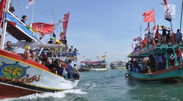 Nelayan Desa Sendang Sikucing Kendal, Jawa Tengah melakukan ritual pesta laut  dengan berdoa bersama di muara pantai, Minggu (7/10). Dalam ritual ini para nelayan kemudian melarung kepala kerbau di  tengah laut. (Liputan6.com/Gholib)