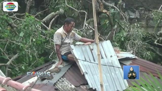 Sejumlah warga Batu Tulis, Bogor, secara mandiri perbaiki rumah rusak akibat puting beliung.
