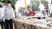 Wakil Gubernur Jawa Barat Uu Ruzhanul Ulum saat meninjau pelaksanaan Pemilihan Kepala Desa (Pilkades) di Desa Cipambuan, Kecamatan Babakan Madang, Kabupaten Bogor, Minggu (20/12/2020). (Foto: Humas Jabar)