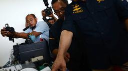Menteri ESDM Ignasius Jonan memantau aktivitas Gunung Anak Krakatau dari Pos Pantau di Serang, Banten, Jumat (28/12). Kunjungan Menteri Jonan sekaligus memberikan semangat kepada petugas jaga di pos pantau tersebut. (Merdeka.com/Imam Buhori)