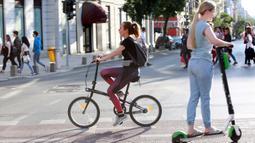 """Warga memadati Victoriei Avenue, yang ditutup untuk kendaraan namun dibuka bagi pejalan kaki dan pesepeda pada akhir pekan, di Bucharest, Rumania, pada 7 Juni 2020. Setelah dua tahap penerapan langkah pelonggaran, warga Rumania kini menjalani """"kehidupan seminormal."""" (Xinhua/Gabriel Petrescu)"""