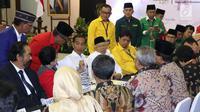 Petahana Joko Widodo (tengah) bersama Ma'ruf Amin saat melakukan pendaftaran bakal Capres/Cawapres Pemilu 2019 di Gedung KPU, Jakarta, Jumat (10/8). Joko Widodo dan Ma'ruf Amin didampingi petinggi parpol koalisi. (Liputan6.com/Helmi Fithriansyah)