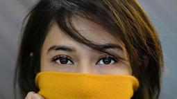 Memakai baju turtle neck berwarna kuning, Dian Sastro menampilkan sorot matanya yang tajam dan pandangannya yang dalam. (Liputan6.com/IG/@gadiiingmoto)