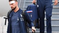 Penyerang Timnas Prancis,  Olivier Giroud dan rekan setimnya turun dari pesawat setibanya di bandara Sheremetyevo Moskow, Minggu (10/6). Giroud ikut dalam rombongan yang akan berlaga di Piala Dunia 2018 meski sedang kondisi cedera. (AP/Pavel Golovkin)