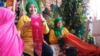 Batik Betawi Terogong menjadi salah satu pusat perhatian pengunjung Lebaran Betawi 2019 di Monas, Sabtu (20/7/2019). (Liputan6.com/Fachrur Rozie)