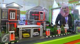 Pengunjung melihat maket perumahan di pameran properti di Jakarta, Kamis (8/9). Dengan dilonggarkannya rasio LTV, BI optimistis pertumbuhan KPR bertambah 3,7%year on year (yoy) hingga semester I-2017. (Liputan6.com/Angga Yuniar)