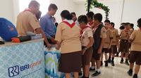 """BRI Syariah kini menggelar program """"SimPel BRIsyariah iB Goes To School."""" yang dilaksanakan serentak di seluruh Indonesia, pada Rabu (17/10/2018)."""