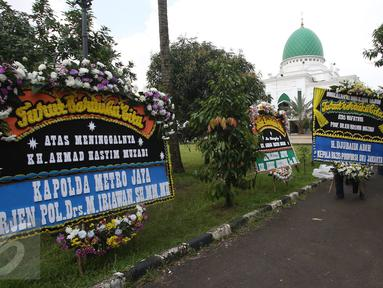 Suasana rumah duka tokoh PBNU KH Hasyim Muzadi di Ponpes Al-Hikam, Depok, Jawa Barat, Kamis (16/3). Sejumlah karangan bunga mulai berdatangan pascameninggalnya Anggota Dewan Pertimbangan Presiden (Wantimpres) tersebut. (Liputan6.com/Immanuel Antonius)