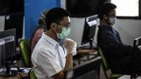 Peserta mengenakan masker dan sarung tangan saat mengikuti Seleksi Bersama Masuk Perguruan Tinggi Negeri (SBMPTN) di Universitan Negeri Jakarta, Minggu (5/7/2020). Sebanyak 42.463 peserta mengikuti SBMPTN dengan prosedur protokol kesehatan. (Liputan6.com/Faizal Fanani)