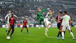 Bek Juventus, Leonardo Bonucci (ketiga kanan) saat mencetak gol lewat sundulan ke gawang Genoa pada pertandingan lanjutan Liga Serie A Italia di stadion Allianz, Turin (30/10/2019). Juventus menang tipis 2-1 atas Genoa. (Alessandro Di Marco / ANSA via AP)