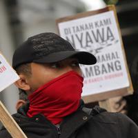 Media sosial Indonesia sedang dikejutkan dengan tewasnya aktifis Salim Kancil, penolak tambang asal Lumajang, Jawa Timur yang mengenaskan