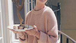 Saat menikmati waktu santainya pun gadis asal Inggris ini tetap telihat cantik dengan sweater merah muda dan juga bawahan putih. Maisie terlihat modis dan cantik walaupun dengan pakaian sederhana. (Liputan6.com/Instagram/@maisie_williams)