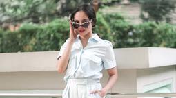 Meski bergaya simpel dengan busana serba putih, gaya wanita kelahiran Tarakan, 11 November 1981 dengan kamata eyecat berlensa gelap ini membuatnya terlihat lebih menawan. (Liputan6.com/IG/@ririnekawati/)