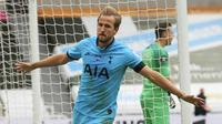 Striker Tottenham Hotspur, Harry Kane, melakukan selebrasi usai membobol gawang Newcastle United pada laga Premier League di Stadion St. James Park, Rabu (15/7/2020). Tottenham menang dengan skor 3-1. (Owen Humphreys/Pool via AP)