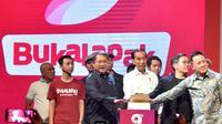 Presiden Joko Widodo menekan tombol saat menghadiri HUT ke-9 BukaLapak di JCC, Kamis (10/1). Hadirnya start-up e-commerce seperti BukaLapak menurut Jokowi adalah sebuah peluang untuk mengatasi berbagai tantangan tersebut. (Liputan6.com/HO/Biropers)