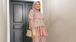 Shireen pun lebih sering terlihat menggunakan busana casual. Meski begitu penampilan istri Teuku Wisnu ini tetap terlihat stylish. Ia pun kerap memadupadankan busana yang tengah dipakai dengan tas maupun sepatunya. (Liputan6.com/IG/@shireensungkar)