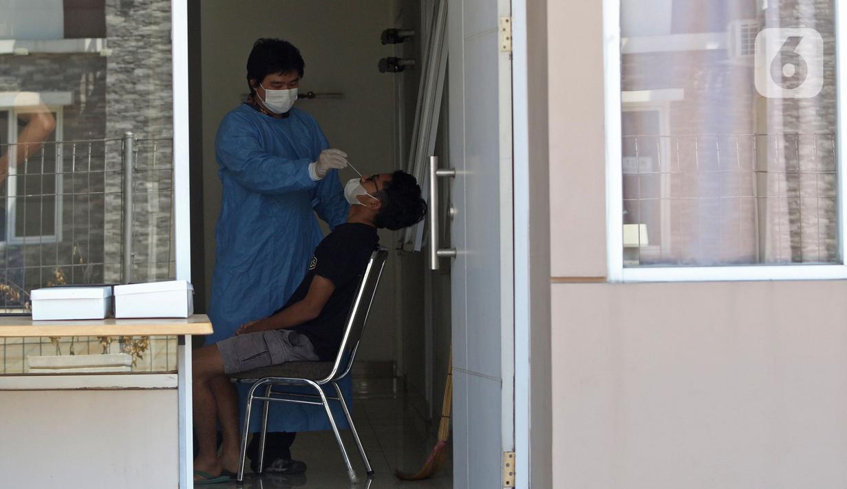Pasien Covid 19 menjalani tes usap di rumah isolasi terpusat Bekasi Berantas Pendemi (Berani) di Jababeka, Cikarang, Kabupaten Bekasi, Jawa Barat, Rabu (28/7/2021). Rumah isolasi tersebut dapat menampung 660 pasien COVID-19 bergejala ringan dan tenaga kesehatan. (Liputan6.com/Herman Zakharia)