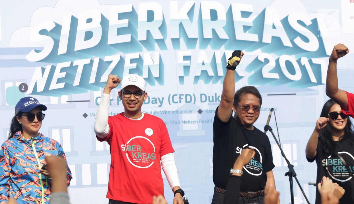 Menkominfo Rudiantara saat mendeklarasikan siber kreasi melawan hoax saat CFD di Jakarta, Minggu (5/11). Siber kreasi dibentuk dari berbagai komunitas dan elemen masyarakat. (Liputan6.com/Angga Yuniar)