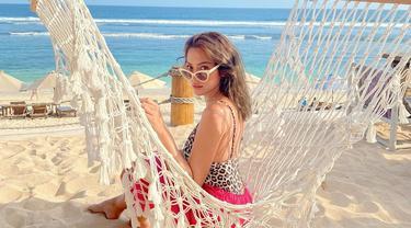 Artis sekaligus model ini memang sangat menyukai liburan di pantai. Tinggal di Bali, kini Jessica Iskandar pun dapat dengan leluasa menjelajahi berbagai pantai indah di sana. Meski mengenakan busana santai, ia tetap memesona. (Liputan6.com/IG/@inijedar)