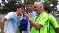 Pelatih Persib, Mario Gomez, bersama beberapa pemain Persib. (Bola.com/Erwin Snaz)