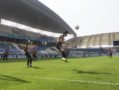 Pemain Timnas Indonesia, Gavin Kwan, menyundul bola saat latihan di Stadion Wibawa Mukti, Jawa Barat, Selasa (6/11). Latihan ini merupakan persiapan jelang Piala AFF 2018. (Bola.com/Vitalis Yogi Trisna)